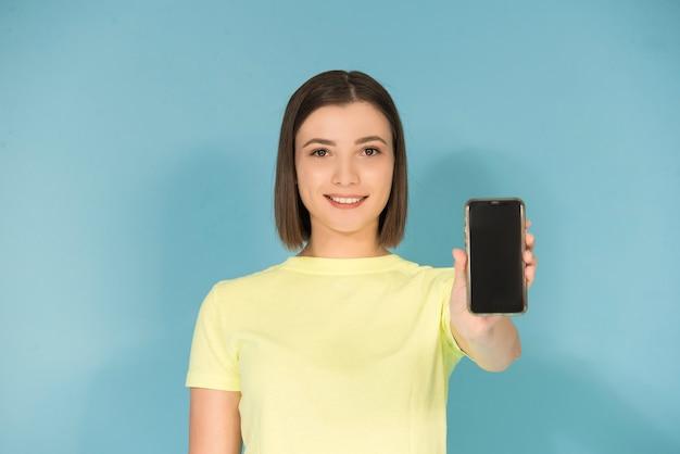 Кавказский подросток девушка держит мобильный телефон