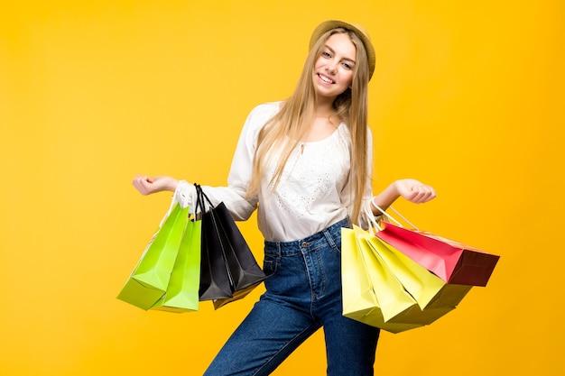 Кавказская девочка-подросток с хозяйственными сумками