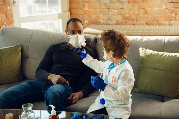 自宅で患者に相談し、推奨し、治療する医師としての白人の十代の少年