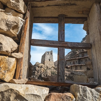 コーカサス地方の塔。古い石造りの塔が窓の開口部から見えます。