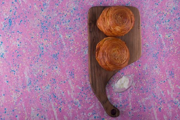 Qogal pasticceria tradizionale caucasica su un tagliere di legno, vista dall'alto