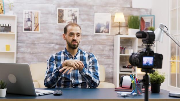 Vlogger caucasico che registra un podcast per i social media. giovane influencer creativo.
