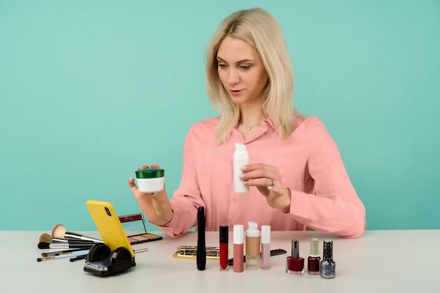 Кавказская женщина-блогер представляет косметические товары и ведет прямую трансляцию