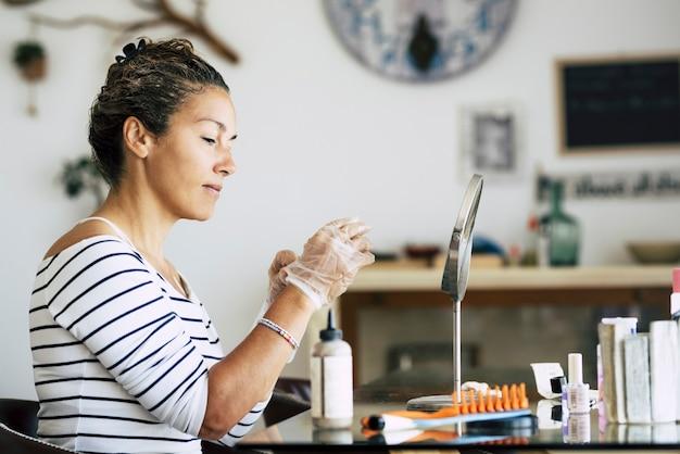 自宅で自作の美容農場とヘアスタイルのコンセプトを楽しんでいる白人女性