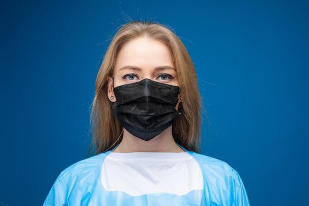 無菌マスクの白人女性。ウイルスの概念を停止します。