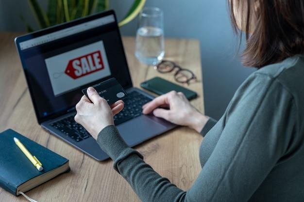 홈 오피스에 있는 백인 여성은 온라인으로 일하고 온라인 쇼핑을 하고 인터넷 서핑을 합니다. 은행 카드로 지불, 현대적인 지불 방법, 전자 지불 온라인 지불