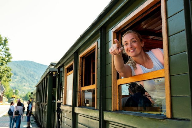 Кавказская женщина смотрит из окна поезда