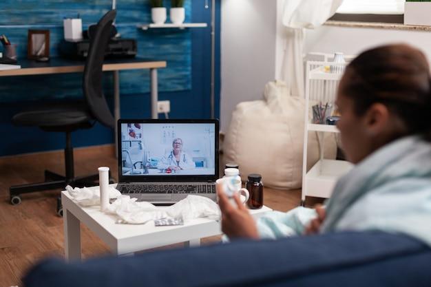 Кавказская женщина по веб-камере общение с врачом