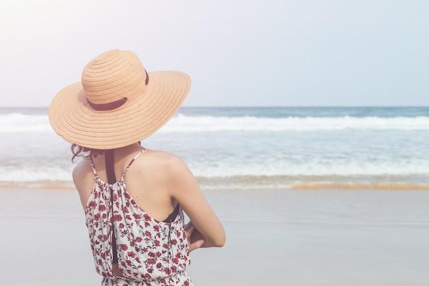 Кавказская женщина или турист из европы со счастливым и расслабленным временем на тропическом пляже