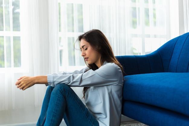 Кавказская женщина психологическая проблема чувство беспокойства депрессия ее лицо было грустным и обеспокоенным u