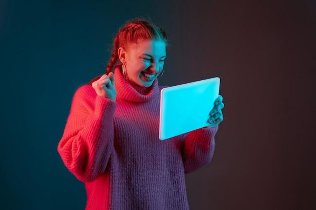 Ritratto di donna caucasica isolato su gradiente in luce al neon