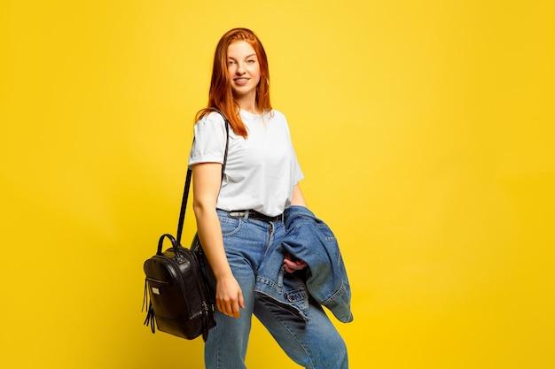 Портрет кавказской женщины, изолированный на желтом студийном фоне, быть похожим на последователя
