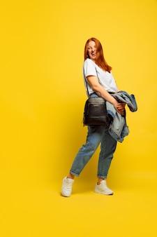 Ritratto di donna caucasica isolato su sfondo giallo studio, seguace essere come
