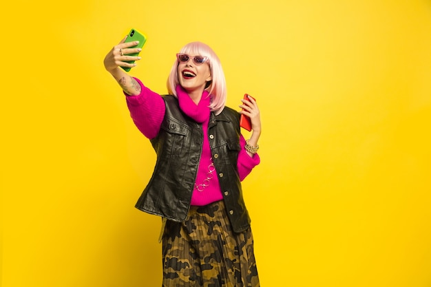 Ritratto di donna caucasica isolato su sfondo giallo studio, influencer essere come