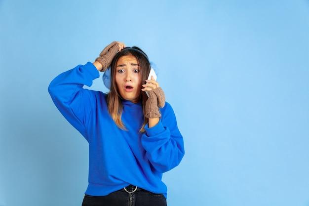 Портрет кавказской женщины на голубой студии