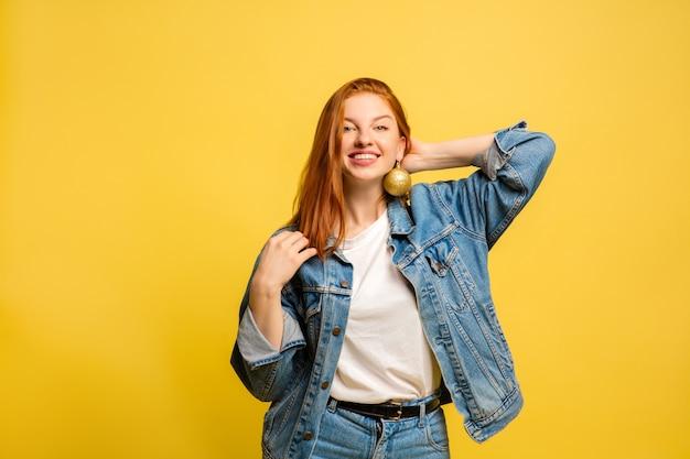 黄色の空間に白人女性の肖像画
