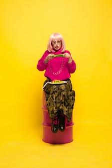 Ritratto della donna caucasica su colore giallo