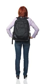Кавказская женщина, стоя вид сзади с рюкзаком