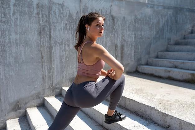 運動する前にストレッチ白人女性