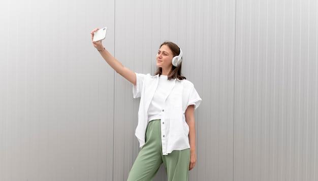 スマートフォンで自分撮りをしている白人女性