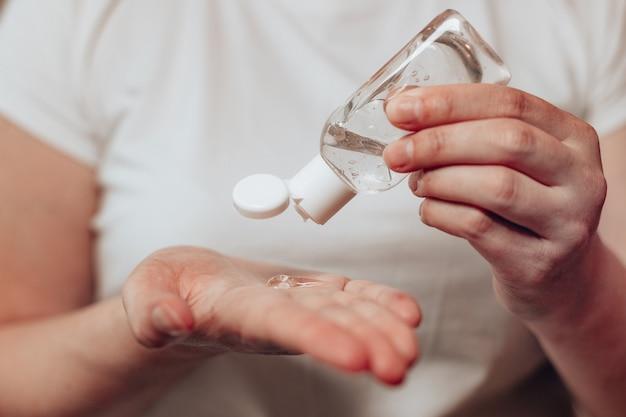 抗菌消毒ジェルを使用して手をきれいにする白人女性、インフルエンザウイルスの発生から保護するための衛生コンセプト。手の消毒。