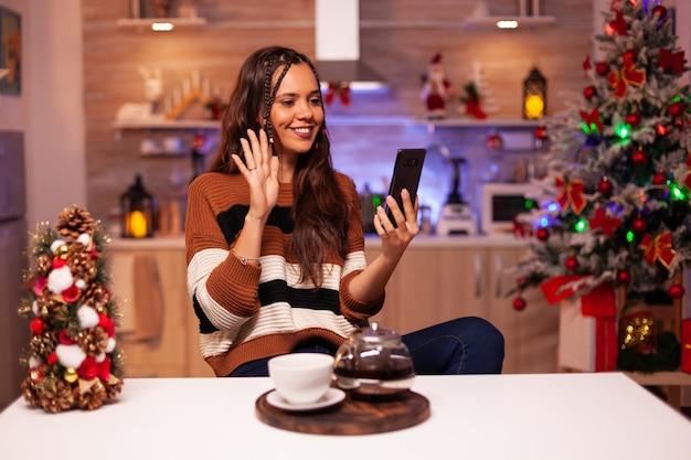 ビデオ通話技術を使用している白人女性