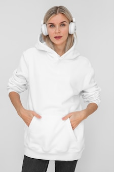 白いパーカーを着ている白人女性
