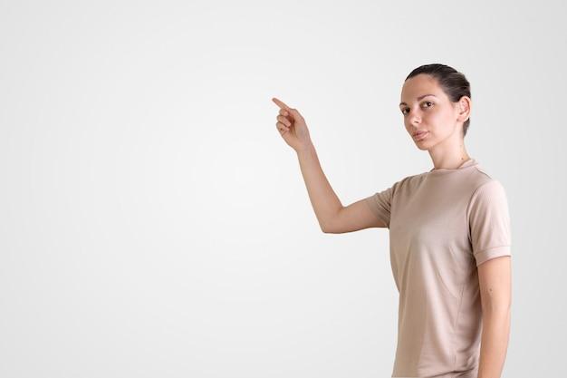 ポスターのモックアップを持つ白人女性。オンラインeラーニング。検疫の学校に戻る