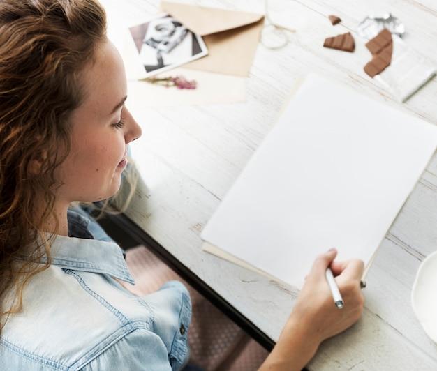 Кавказская женщина пишет письмо