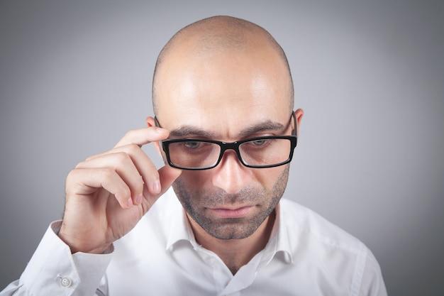眼鏡をかけている白人の青年実業家。