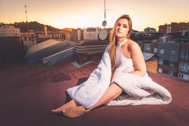 屋根の上の夕日を楽しむ白人少女