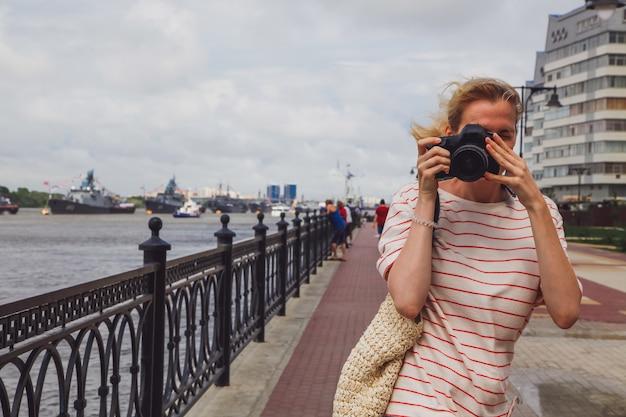 Кавказская маленькая девочка с фото. вид спереди фотографа. концепция фотографа