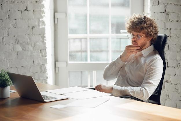 사무실, 직업, 온라인 공부에서 일하는 비즈니스 복장에 백인 젊은 남자