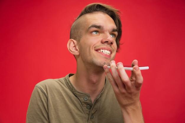 빨간색에 고립 된 백인 젊은 남자 초상화