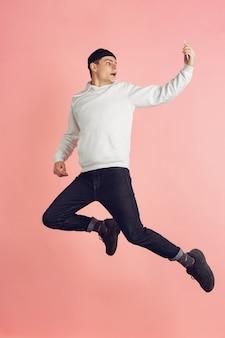 핑크에 백인 젊은 남자의 현대 초상화
