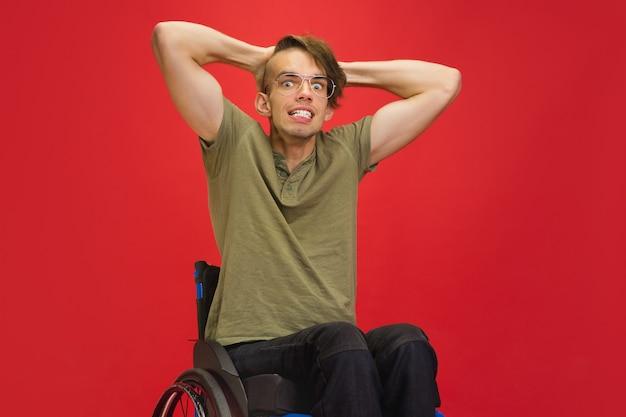 레드 스튜디오에 백인 젊은 남자의 초상화. 인간의 감정 개념