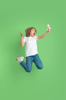Ritratto di giovane donna caucasica sulla parete verde?