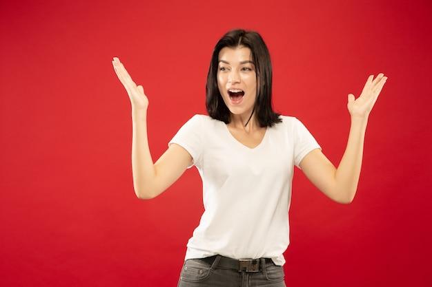 白人の若い女性の半身像。白いシャツの美しい女性モデル