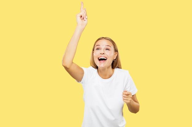 노란색 스튜디오에 백인 젊은 여자의 절반 길이 초상화