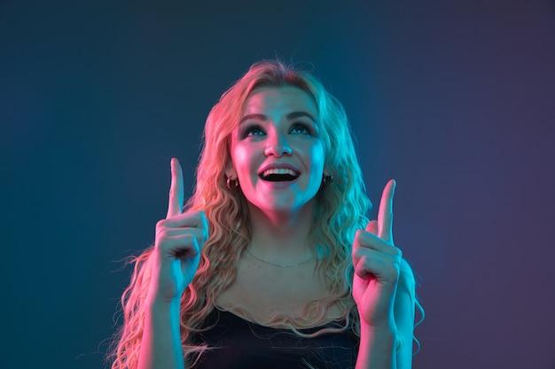 ネオン光の勾配空間に白人の若い女性の肖像画