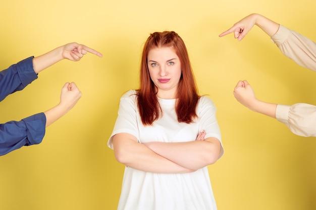 노란색 스튜디오에 백인 젊은 여자의 초상화