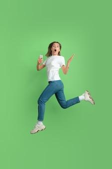 녹색 벽에 백인 젊은 여자의 초상화