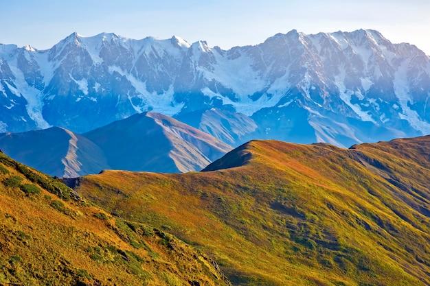Кавказский горный хребет в грузии. горный пейзаж