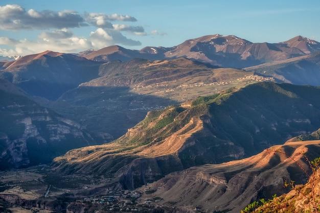 夜明けのコーカサス山脈山のシルエットのある雰囲気のある風景