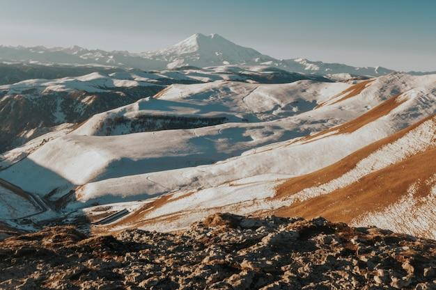 코카서스 산맥 elbrus. 눈 덮인 화산으로가는 길.