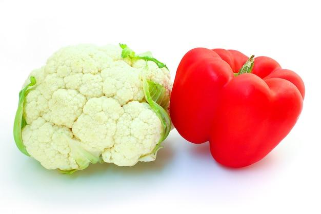 Цветная капуста и красный сладкий перец изолированные