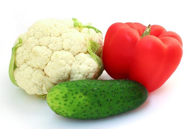Цветная капуста, огурец и красный сладкий перец изолированы