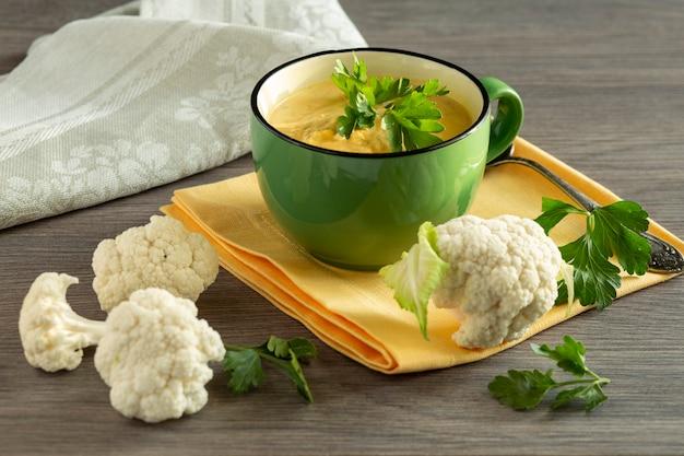 나무 테이블 표면에 콜리 플라워 수프와 재료 건강한 식생활 채식 음식 건강한 라이프 스타일 비타민과 섬유질이 풍부한 음식