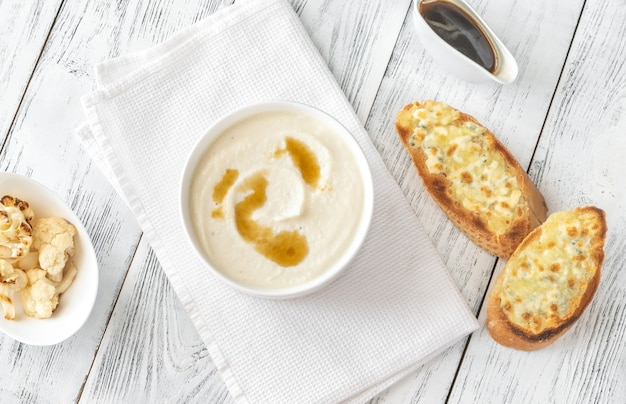 茶色のバターと安っぽいトーストのカリフラワースープ