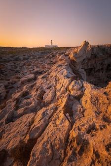 Кавалерия маяк на северной крышке острова менорка, испания.